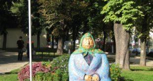 Unusual monuments in Kiyv. Grandma monument.