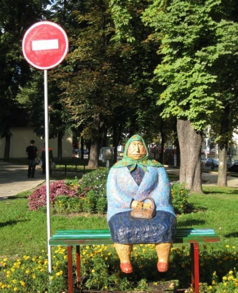 Unusual monuments in Kiyv. Grandma monument.